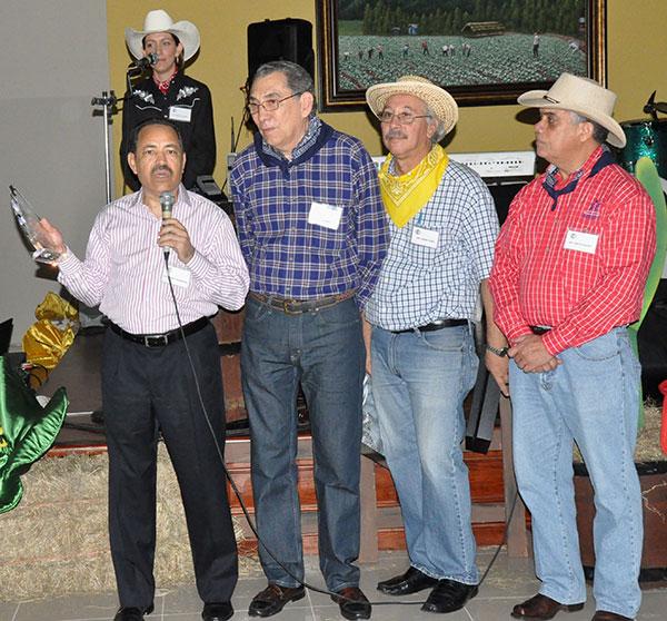 Freddy Domínguez, vicepresidente de Administración y Recursos Humanos de Claro, mientras agradecía el reconocimiento entregado por La Sociedad de Profesionales de las Telecomunicaciones de la República Dominicana (PRODETEL). Le acompañan Rafael Zorrilla, Miguel Fadul y Carlos Aquino, dirigentes de la entidad.