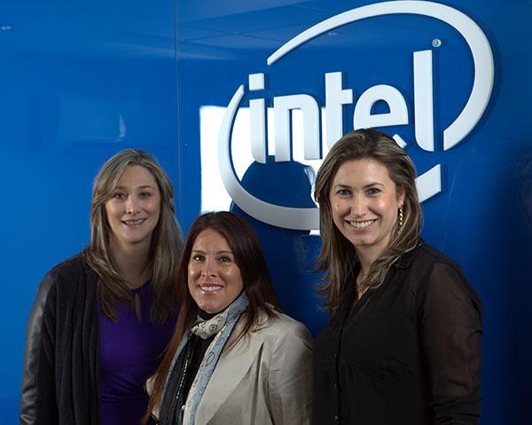 De izquierda a derecha: Paula Lezaca, Gerente de Relaciones Públicas y Comunicaciones de Intel Cono Norte, Jessica Freundt, Gerente de educación de Intel Perú, y Carolina Escobar, Gerente de habilitación tecnológica de Intel Cono Norte